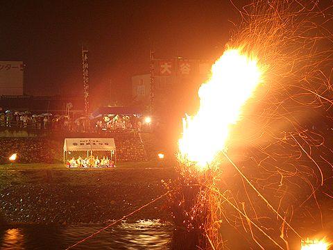 巨大松明と祭壇と奉納雅楽の舞台/竹田の松明祭り・火祭り