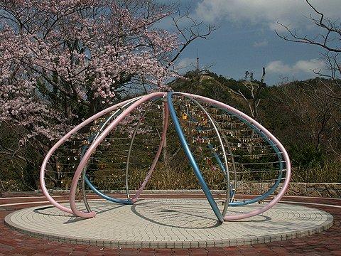 ビーナステラス・ビーナスブリッジの桜と愛の鍵モニュメント