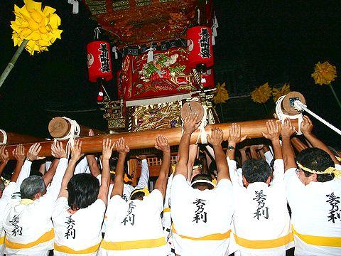 電飾に包まれた屋台の練り回し/加古川 日岡神社秋祭り