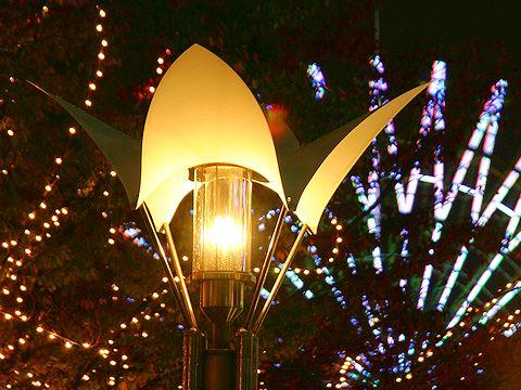 ガス燈とモザイクガーデンの観覧車/神戸市