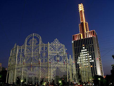 神戸関電ビルのクリスマスツリーとルミナリエのスパッリエーラ/神戸市旧居留地