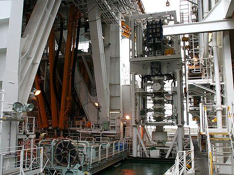 掘削フロアと噴出防止装置/地球深部探査船「ちきゅう」