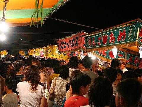 中央通りに立ち並ぶ夏祭りの屋台