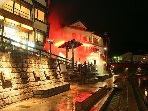 春来川沿いのふれあい手形散歩道と湯村温泉の夜景/新温泉町