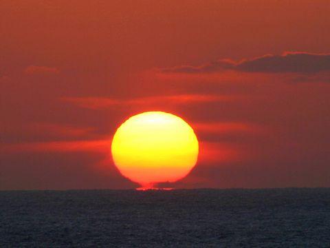 日本海に沈む夕日・日本夕陽百選/香美町香住区 香住海岸