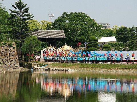 姫路城の大手門を通る祭り屋台/ザ 祭り屋台in姫路