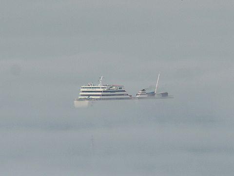 雲海のような霧の中を航行するフェリー/淡路島江崎灯台沖
