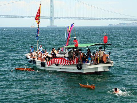 オシャタカ舟を投げながら沖へと進んでいく