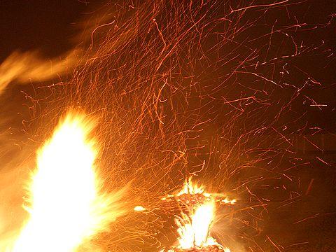 大松明の炎と火の粉/竹田の松明祭り・火祭り