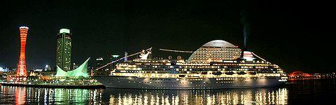 飛鳥Ⅱのイルミネーションと神戸メリケンパークの夜景