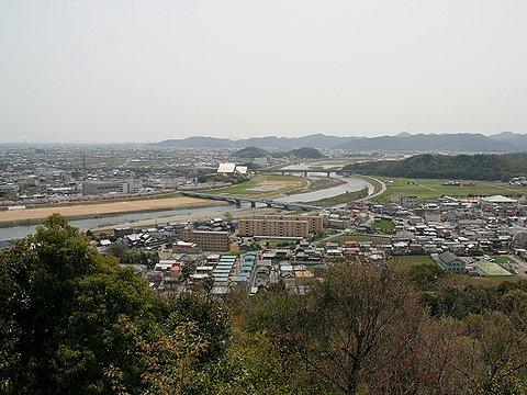 白鷺山展望台から見たたつの市龍野町の市街地と揖保川の風景