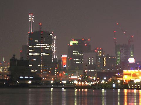 高層ビルの隙間から神戸ポートタワーが見える・神戸ハーバーウォーク・HAT神戸の夜景/神戸市中央区