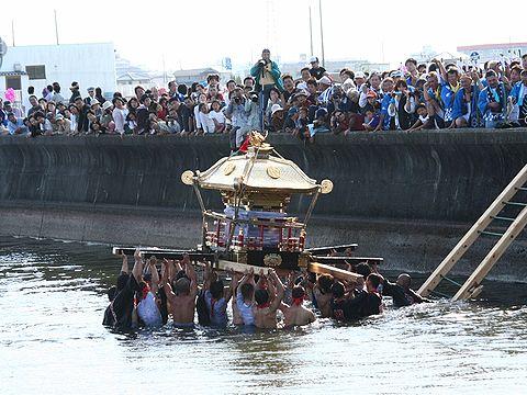 天満大池での御輿の練り回し/稲美町・天満神社秋祭り