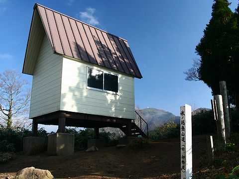 氷ノ山越避難小屋と氷ノ山の山頂/養父市