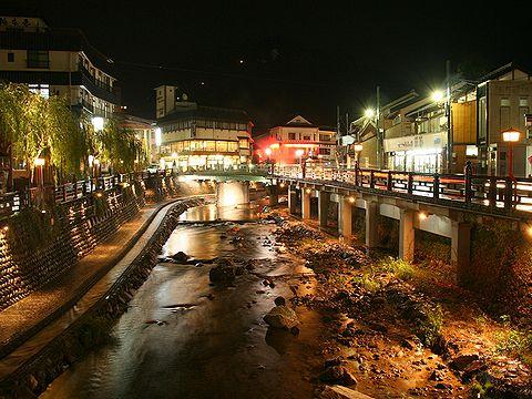 湯村温泉街と春来川・ふれあい手形散歩道の夜景/新温泉町