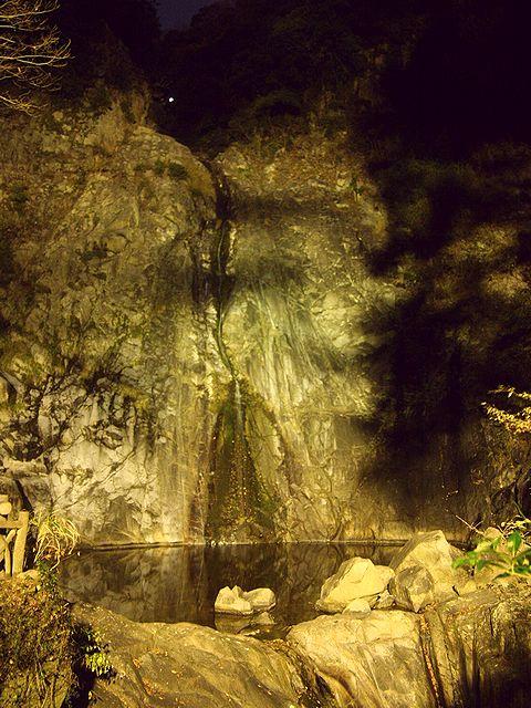 布引の滝・雄滝のライトアップと夜景/神戸市六甲山