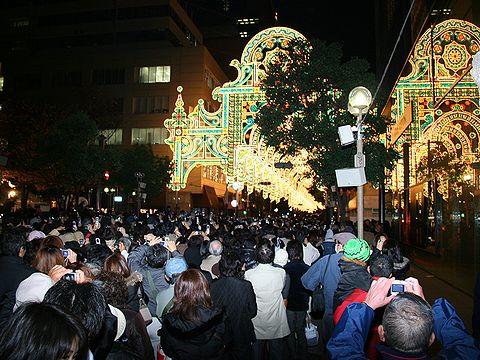 2006神戸ルミナリエ点灯直後の人波/神戸市旧居留地・三井住友銀行前