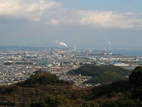 姫路港と姫路の工業地帯・手前の山は綾部山梅林/たつの市御津町