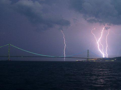 明石海峡大橋と雷