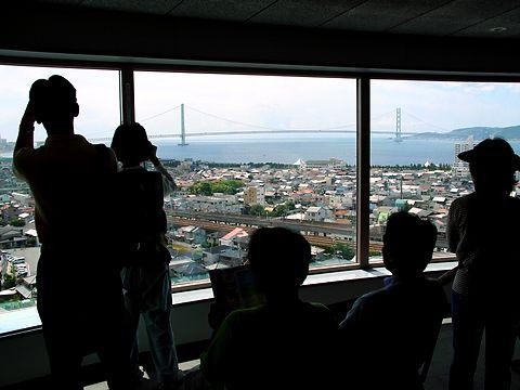 明石天文科学館展望室から見る明石海峡大橋/明石市