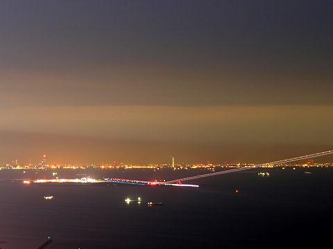 神戸空港の夜景と滑走路から飛び立つ飛行機の光跡/神戸市須磨区・鉢伏山須磨浦山上遊園から見る神戸の夜景