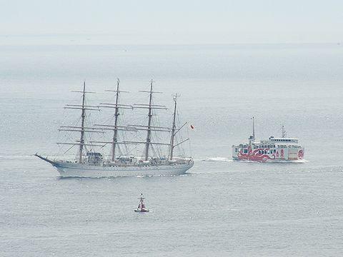帆船 海王丸とたこフェリー/明石海峡