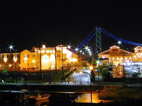 マリンピア神戸ポルトバザールライトアップ夜景と明石海峡大橋のライトアップ/神戸市垂水区