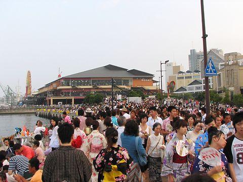 神戸の花火大会・神戸ハーバーランドモザイク高浜岸壁の様子/神戸市中央区