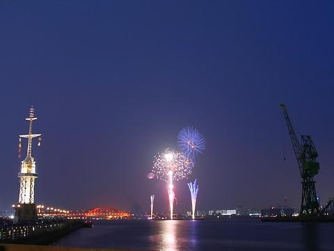 みなとこうべ花火大会と神戸大橋/神戸市中央区・ハーバーランドモザイク高浜岸壁