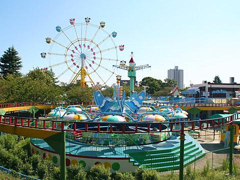 王子動物園の遊園地と観覧車/神戸市