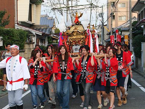 ギャル御輿の巡行・明石稲爪神社の秋祭り/播州の秋祭り-明石市