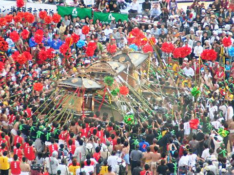 御旅山(広畠の練り場)での神輿合わせ・灘のけんか祭り