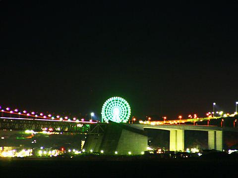 明石海峡大橋のオレンジリボンライトアップと淡路SA観覧車のイルミネーション/神戸市