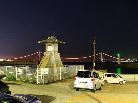 明石港旧灯台の夜景と明石海峡大橋のオレンジリボンライトアップ/明石市