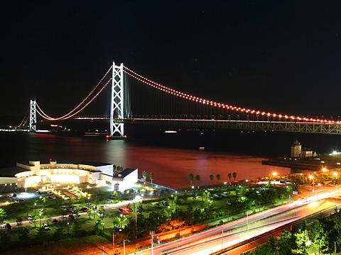 明石海峡大橋のオレンジリボンライトアップとアジュール舞子・舞子公園の夜景/神戸市