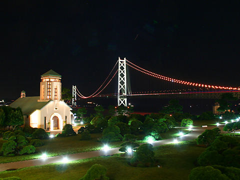 舞子ビラチャペルのライトアップ夜景と明石海峡大橋のオレンジリボンライトアップ/神戸市