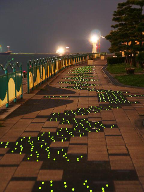 別府みなと緑地の夜景と東播磨港別府港の灯台/加古川市