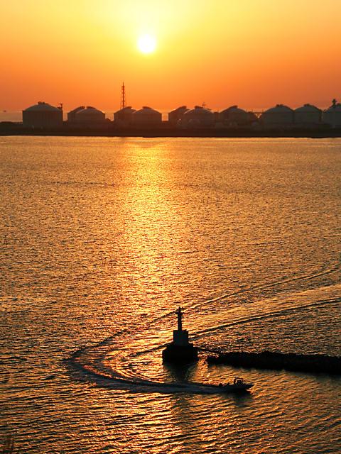 瀬戸内海に沈む夕日と大阪ガス姫路製造所のガスタンク/姫路市・小赤壁