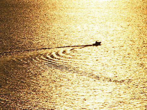 夕日に輝く水面と船・小赤壁/姫路市