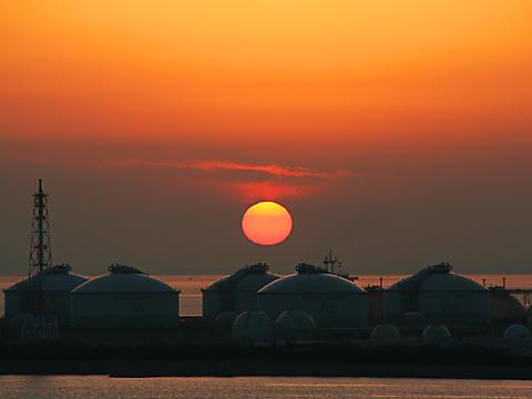 大阪ガス姫路製造所のガスタンクと瀬戸内海に沈む夕日/姫路市・小赤壁