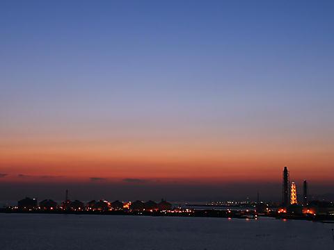小赤壁から見る瀬戸内海と姫路の工場地帯のトワイライト夜景/姫路市