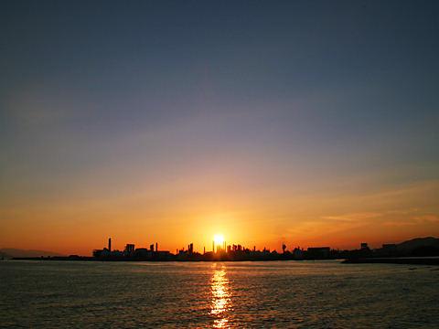 姫路の工場と夕日/姫路市網干なぎさ公園
