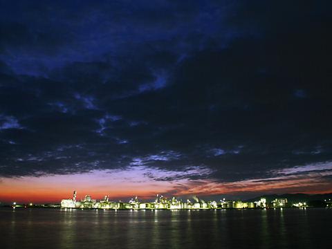 姫路の工場地帯のトワイライト夜景