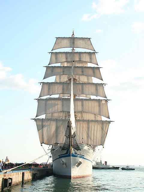 帆船日本丸のフルセイル(総帆展帆)/神戸港
