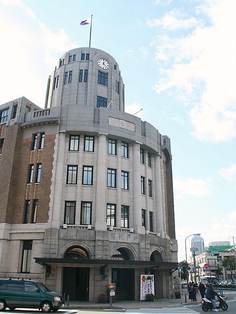 神戸税関の玄関と時計塔