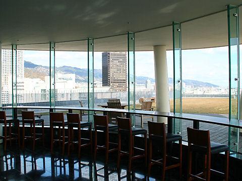 神戸税関の展望フロアと神戸の風景