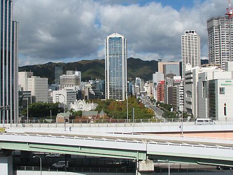 神戸市役所と東遊園地