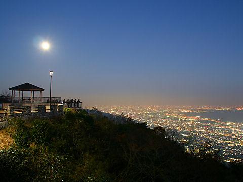 摩耶山掬星台の展望台と芦屋~西宮~尼崎~大阪の夜景