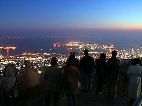 摩耶山掬星台の展望台と神戸1000万ドルの夜景