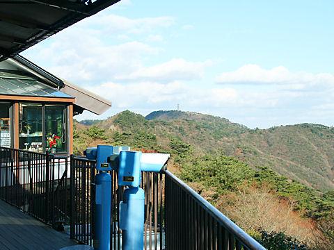 六甲ガーデンテラスの展望台と六甲山最高峰(山頂)